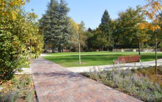 kép: Vakok kertje parkosított övezete növényekkel, fákkal, padokkal