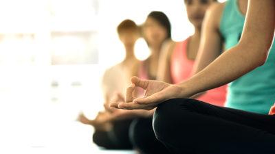 kép:jógázó-nők-ülő-pozicíóban