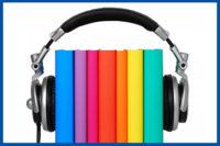 kép:fejhallgató hangszórói között színes könyvek