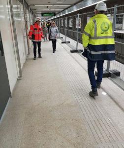 Németh Orsolya fehérbottal közlekedve teszteli a taktilis burkolati jelzéseket a 3-as metró aluljárókban