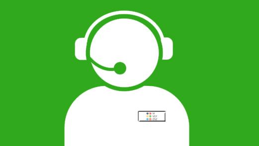 embert formázó alak mikrofonos fejhallgatóval a fején