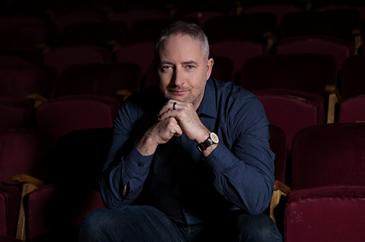 Zalán János producer ül a színházi székeken,aki Balázs Béla díjat kapott