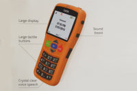 magyarul is beszélő, narancs sárga színű, klasszikus elrendezésű fizikai nyomógombos mobiltelefon