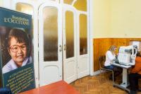 L'occitane alapítvány molinója és a háttérben egy hölgy zöld hályog szűrésen vesz részt