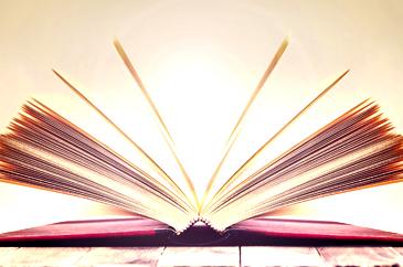 nyitott könyv nap felkeltével a háttérben
