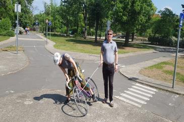 A zebrán álló vak fehérbotja a bicikli küllőbe akadt