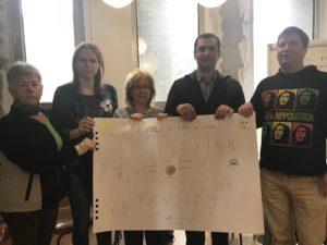 Öt távszem operátor az általuk rajzolt plakátot tartja
