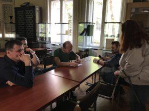 Operátorok csoportja az asztal körül
