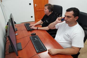 Benedek Zoltán és Morid Kiarash a számítógépnél