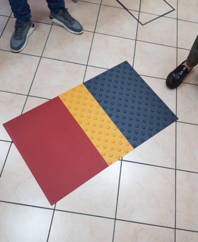Különféle színű és felületű taktilis jelzések