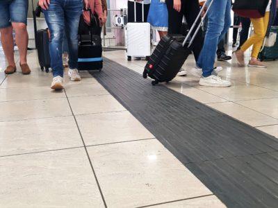 Taktilis vezetősávok a nápolyi repülőtéren